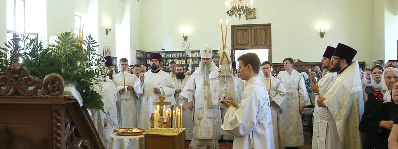 В Троицкую родительскую субботу Митрополит Лонгин совершил Божественную литургию и панихиду