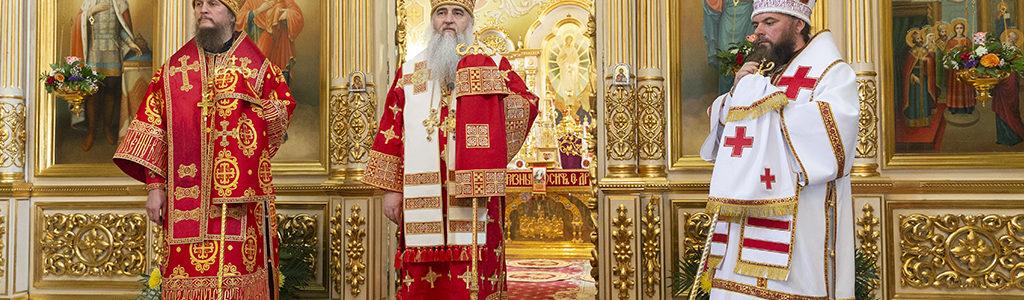 Митрополит Лонгин совершил Божественную литургию в Покровском храме