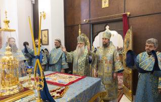 Митрополит Лонгин совершил Божественную литургию в Свято-Алексиевском женском монастыре