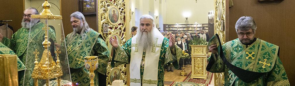 Митрополит Лонгин совершил Божественную литургию на Архиерейском подворье — в храме преподобного Серафима Саровского