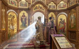 Митрополит Лонгин совершил Божественную литургию в храме в честь святого равноапостольного великого князя Владимира