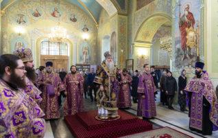 Митрополит Лонгин совершил Всенощное бдение в храме Покрова Пресвятой Богородицы