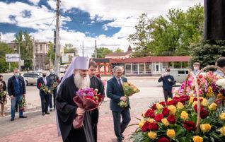 Митрополит Лонгин возложил цветы к памятнику равноапостольным Кириллу и Мефодию