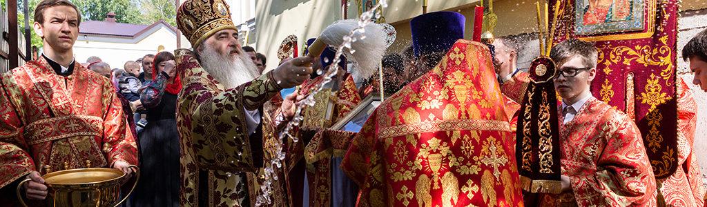 Митрополит Лонгин совершил Божественную литургию в Иоанно-Богословском храме в день престольного праздника