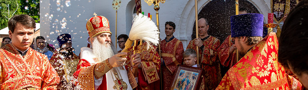 Митрополит Лонгин совершил Божественную литургию в храме в честь Воскресения Христова на Воскресенском кладбище