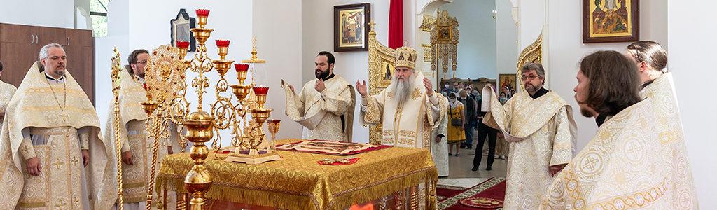 Митрополит Лонгин совершил Божественную литургию в храме Рождества Христова